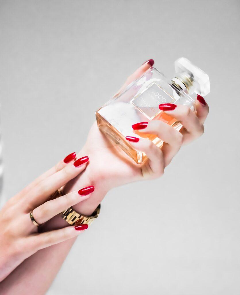 perfumy inspirowane - flakon i dłonie